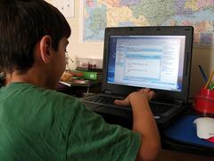 kid-using-linux